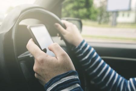 bloccare-smartphone-in-auto