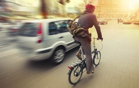 ciclista nel traffico di auto